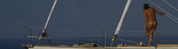Stare nudi in barca è la norma per chi naviga in Gracia, Croazia o Spagna